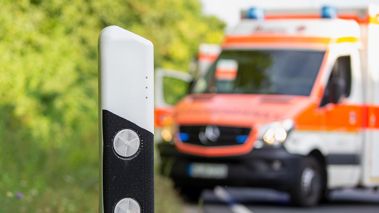 Ein Rettungswagen steht an einer Straße. (Quelle: dpa/Julien Becker)