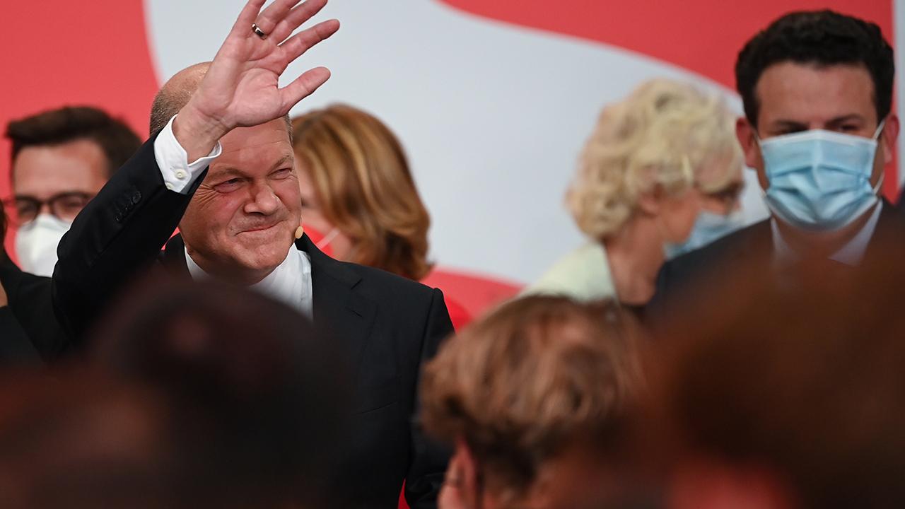 Olaf Scholz, Finanzminister und SPD-Kanzlerkandidat, winkt neben Hubertus Heil (r), Bundesminister für Arbeit und Soziales und stellvertretender Bundesvorsitzender der SPD während der Wahlparty im Willy-Brandt-Haus. (Quelle: dpa/Britta Pedersen)