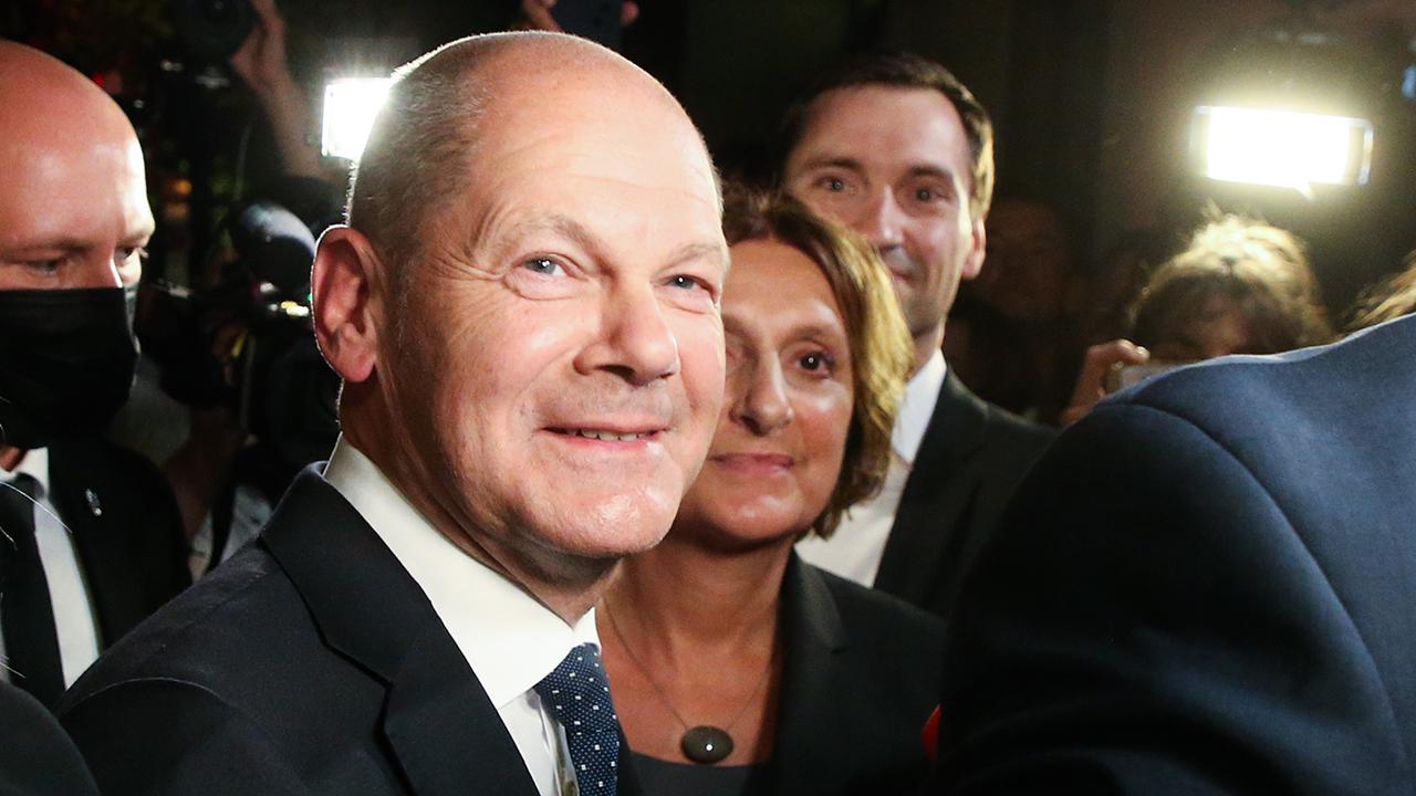 Olaf Scholz, Finanzminister und SPD-Kanzlerkandidat, steht nach der Wahlparty im Willy-Brandt-Haus mit seiner Frau Britta Ernst. (Quelle: dpa/Wolfgang Kumm)