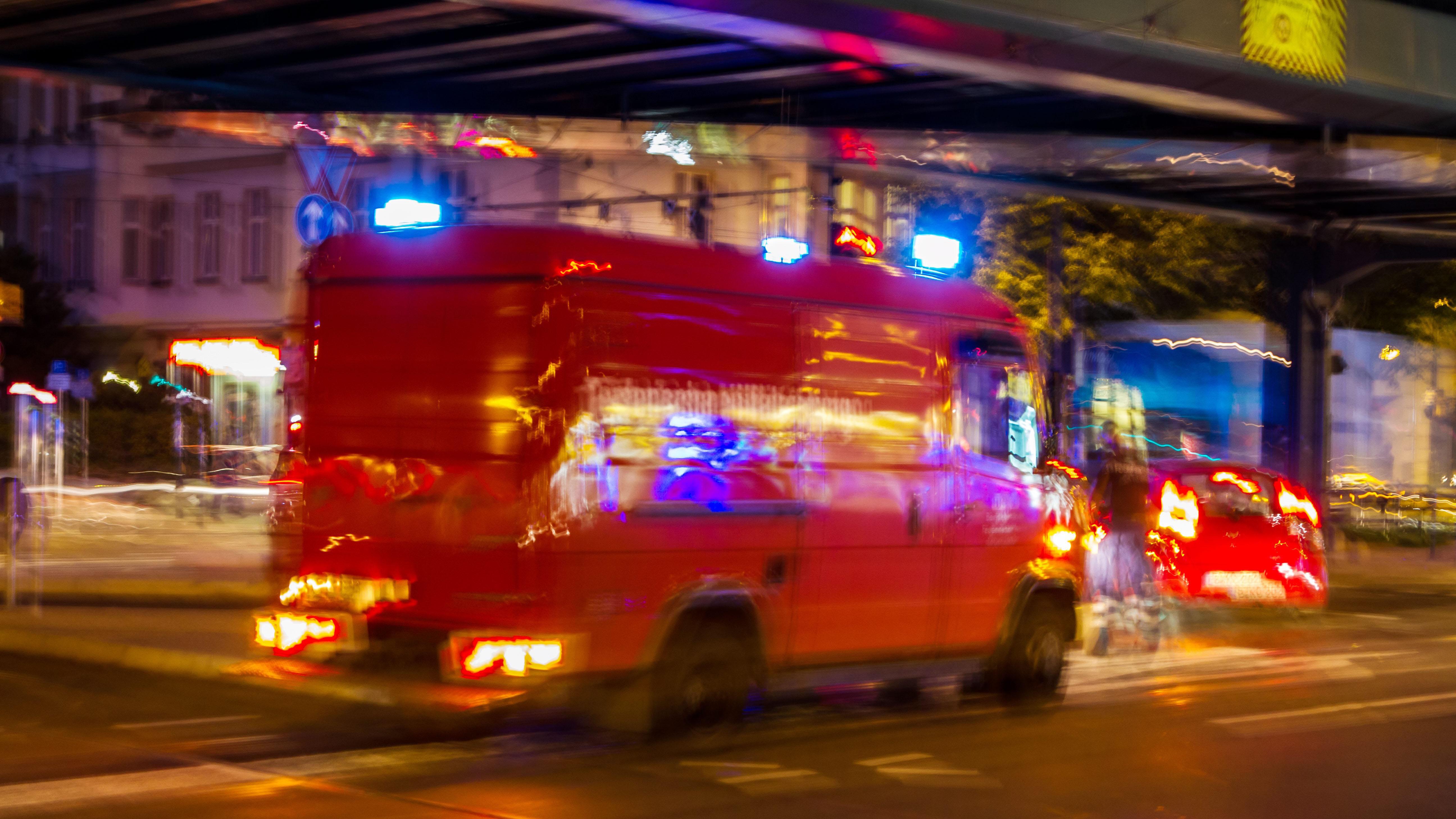 Ein Rettungswagen fährt nachts mit Blaulicht durch Berlin. Quelle: dpa/Karl-Heinz Sprembe