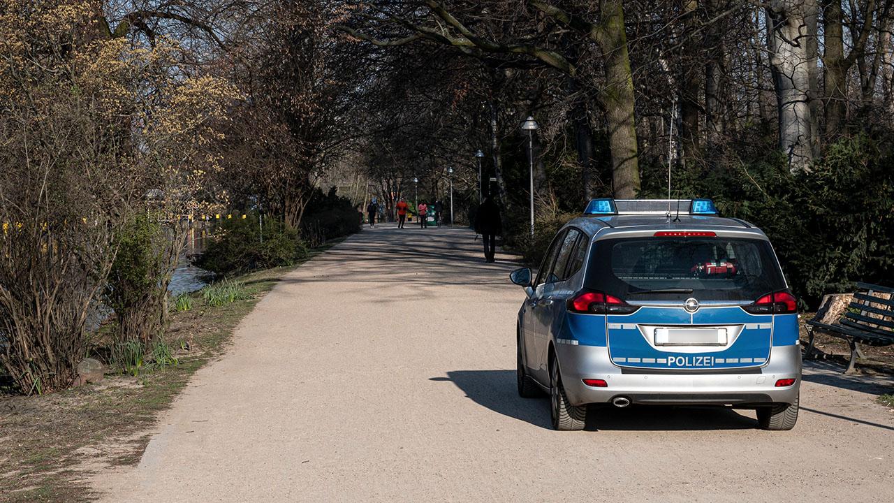 Ein Polizeiauto fährt am Morgen durch den Tiergarten (Bild: dpa/Fabian Sommer)