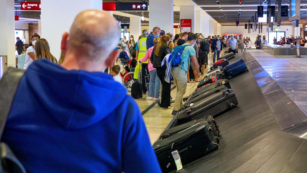 Passagiere warten am 3.9.21 am BER-Flughafen auf ihr Gepäck (Bild: imago images/Achille Abboud)
