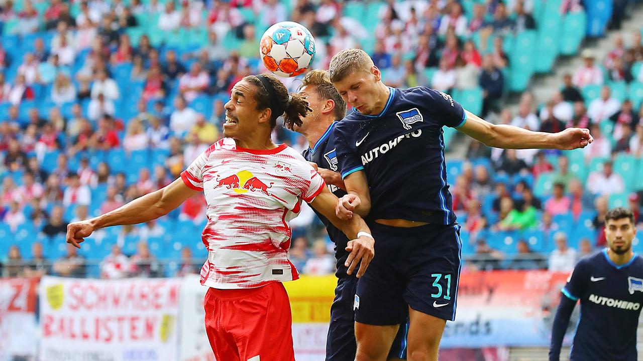 Yussuf Poulsen und Marton Dardai im Kopfballduell (Quelle: IMAGO / Picture Point LE)