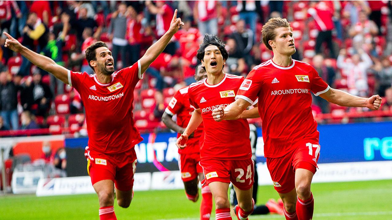 Union-Spieler feiernn Siegtreffer (Quelle: IMAGO / Jan Huebner)