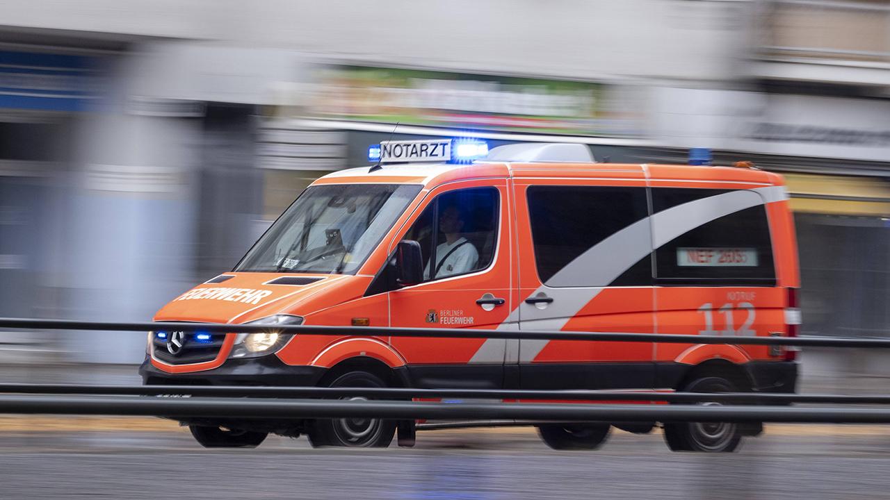 Symbolbild: Ein Notarztwagen der Berliner Feuerwehr auf dem Weg zu einem Einsatz. (Quelle: imago-images/Seeliger)