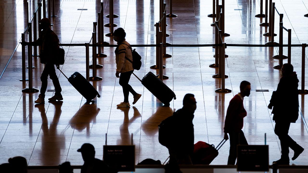 Reisende gehen am Hauptstadtflughafen Berlin Brandenburg «Willy Brandt» (BER) durch das Terminal 1. (Quelle: dpa/Christoph Soeder)