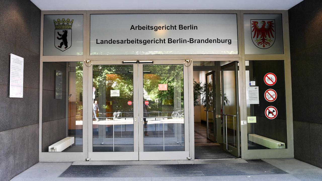 Der Eingang zum Landesarbeitsgericht Berlin-Brandenburg (Quelle: DPA/Jens Kalaene)