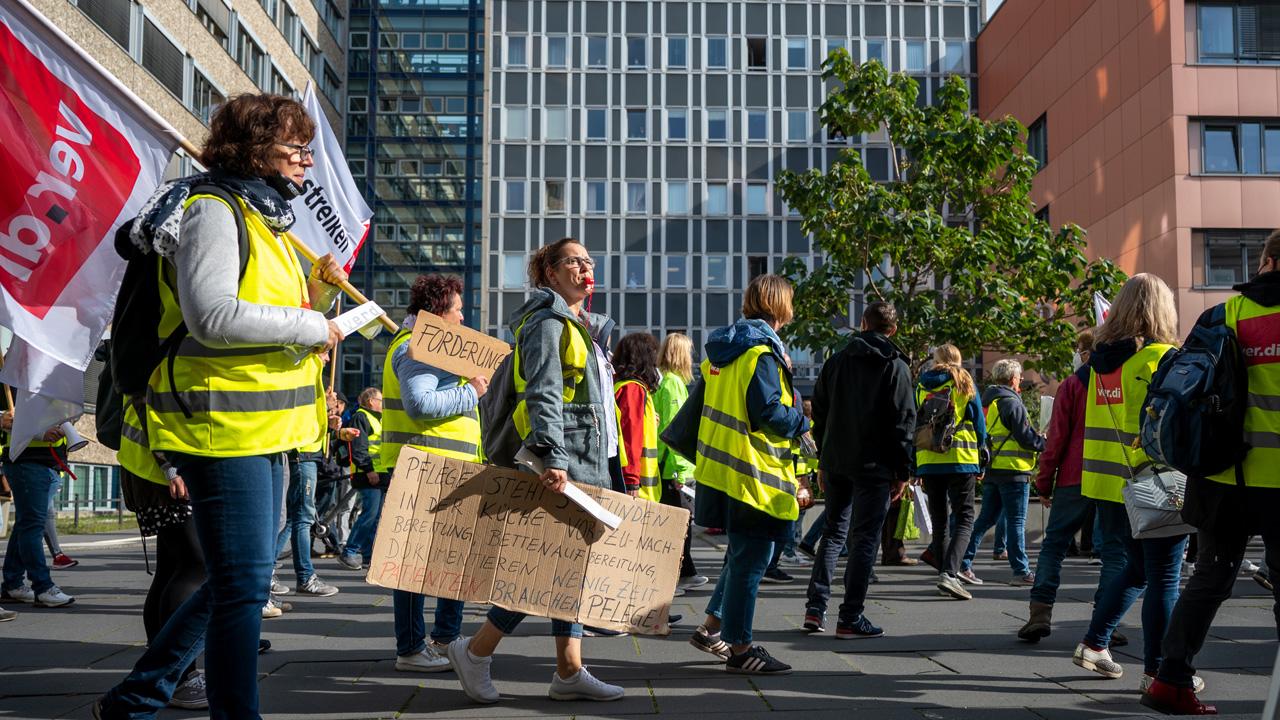 Beschäftigte der Asklepios-Kliniken aus Brandenburg/Havel, Teupitz und Lübben gehen bei einer Demonstration an dem Klinikum Ernst von Bergmann in Potsdam vorbei. (Quelle: dpa/Monika Skolimowska)