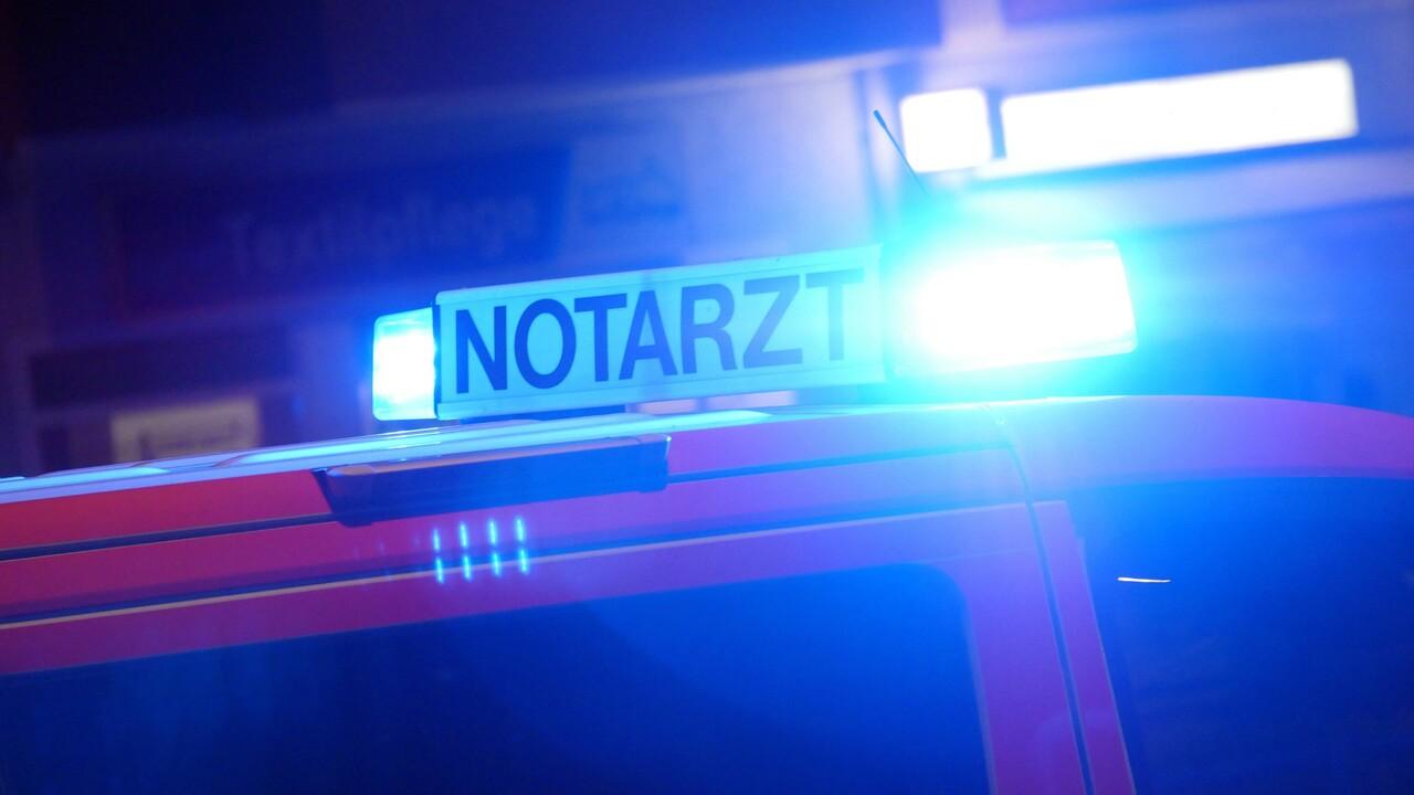 Symbolbild: Blaulicht eines Retttungswagens in der Dunkelheit (Bild: imago images/Sabine Gudath)