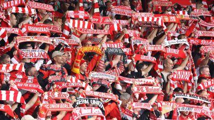 Union Fans heben ihre Schaals (imago / Nordphoto)