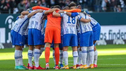 Die Mannschaft von Hertha BSC steht im Kreis zusammen (Quelle: IMAGO / osnapix)