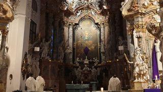 Mönchen richten ihren Blick zum Altar im Kloster Neuzelle