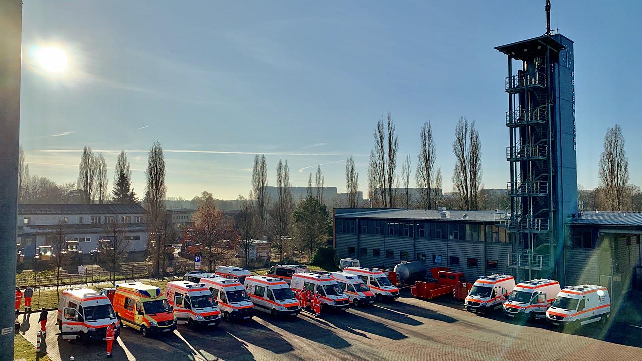 Blick auf den Hof mit Krankenwagen der Leitstelle Lausitz (Foto: rbb/Urbanski)