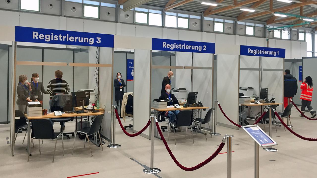 Mitarbeiter warten an den Registrierungsstellen im Impfzentrum Elsterwerda (Foto: rbb/Mastow)