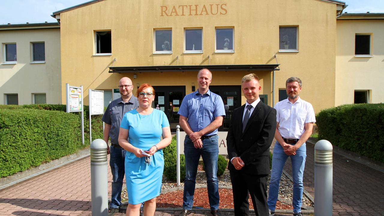 Die Kandidaten zur Bürgermeisterwahl in Lauchhammer: Die neuen Bürgermeisterkandidaten von Lauchhammer. Thomas Andre Gürtler (NPD), Manuela von Schrödel-Siemau (Einzelkandidatin), Mirko Buhr (Pro Lauchhammer), Dennis Hillner (Einzelkandidat), Frank Poensgen (B90/Grüne) (v.li.n.re.). (Bild: rbb/Jußen)