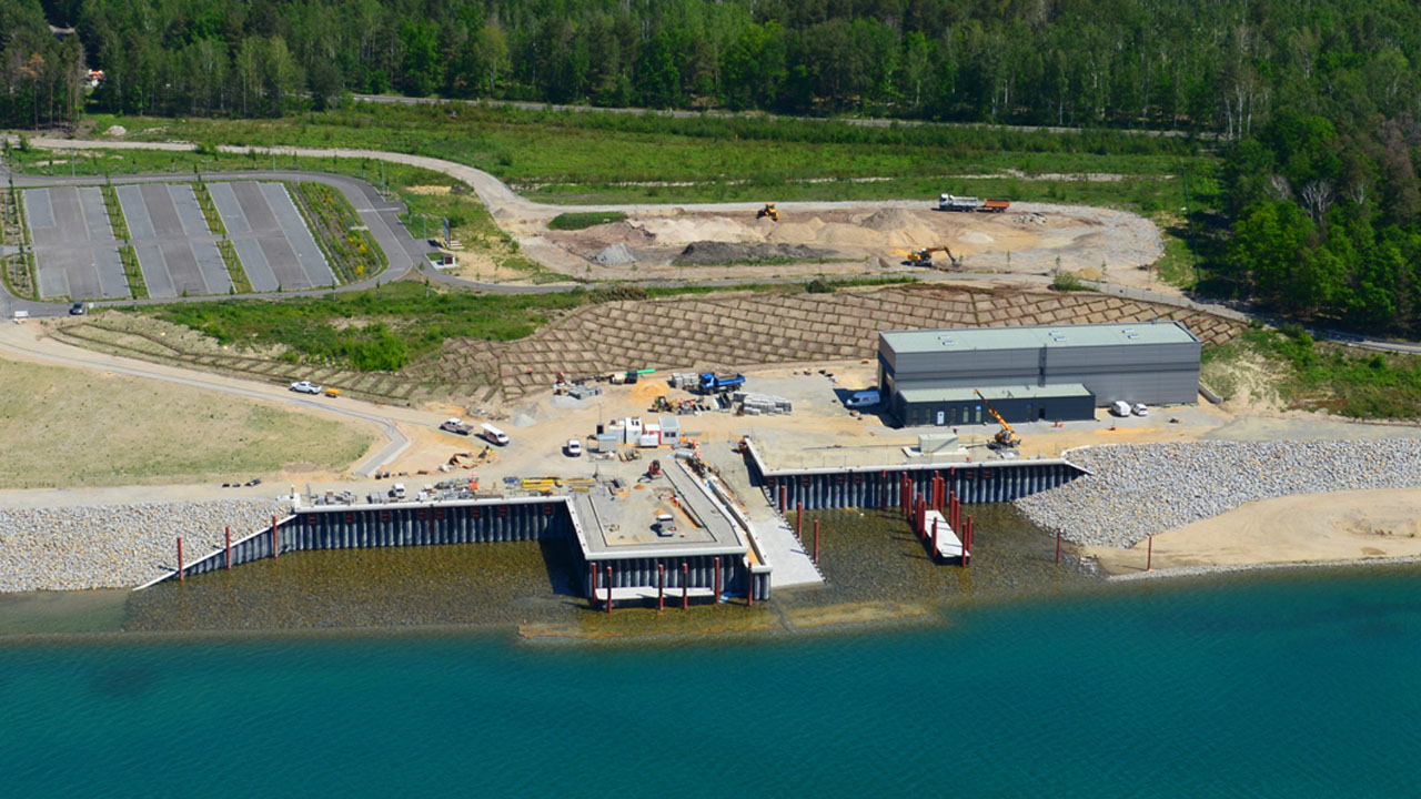 Luftaufnahme vom Stützpunkt am Seeufer (Quell: LMBV)